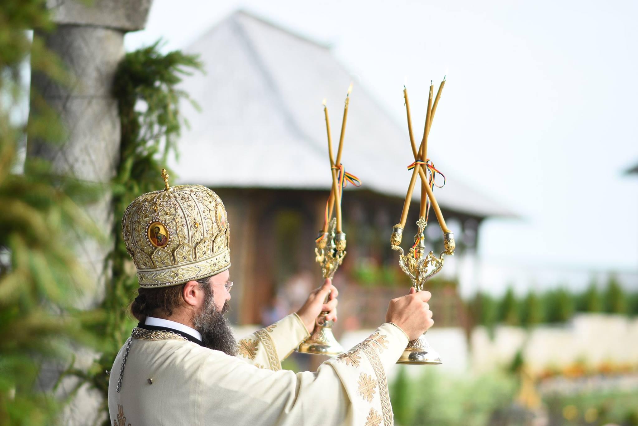 La praznicul Schimbării la Față a Domnului, 6 august 2017, Preasfințitul Părinte Episcop Macarie Drăgoi al Europei de Nord a slujit, cu prilejul hramului, la Mănăstirea Petrești, de lângă Cheile Turzii din județul Cluj.