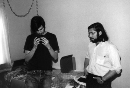 Steve Jobs étudiant la Blue Box conçue par Steve Wozniak.