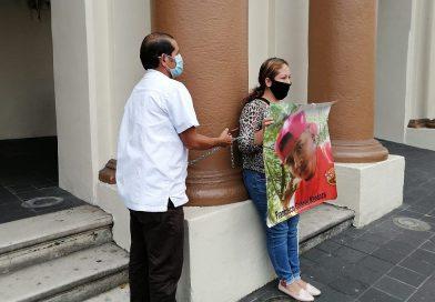 Se ató con cadenas a las columnas del Palacio de Gobierno.