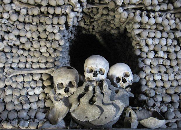 Kosti uvnitř kostnice v Sedlci; foto: wikipedia.org