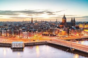 Město květin, kanálů a umění. To je Amsterdam