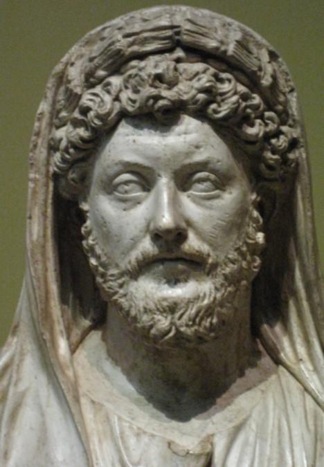 Římský císař Markus Aurelius je spojen s legendou. Při jeho narození prý snese slepice červené vejce.