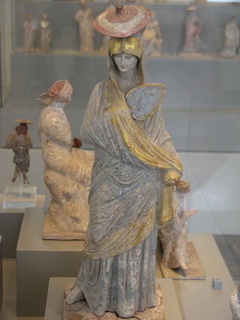 Ženy ve starém Řecku si zahalují vlasy. Zakrytý účes proto mají i sochy.