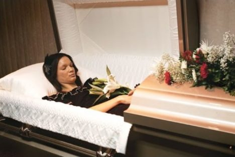 žena v rakvi