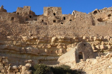 V Chenini se nachází prastaré skalní město, skládající se z jeskynních otvorů.