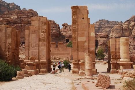 Pozůstatky skalního města dnes okouzlují turisty z celého světa.
