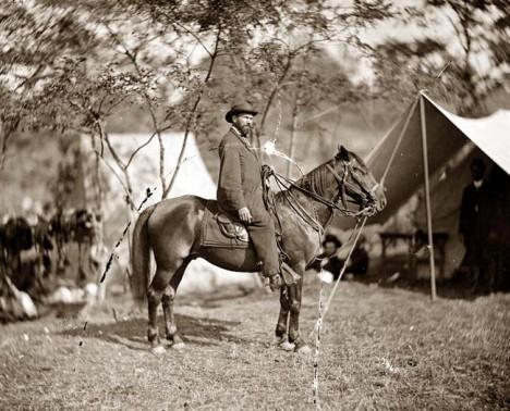 Pinkerton rád cestuje, ať už pracovně, nebo ve volnu. Cestování se mu ale stane osudným.
