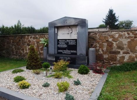 Hrob Hanse Kudlicha v jeho rodném Úvalně. Na rodáka, který se zasloužil o konec roboty, jsou tu náležitě pyšní.