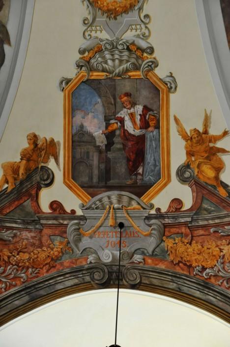 Český kníže Břetislav I. nařizuje, aby se staré mince s vysokým obsahem stříbra vyměnily za nové.