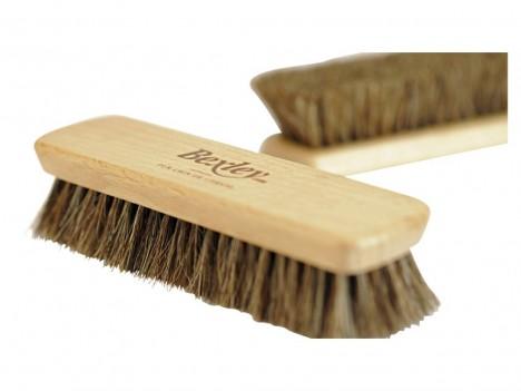 Pořiďte si kvalitní kartáč na boty, díky kterému je zbavíte každodenních nečistot.