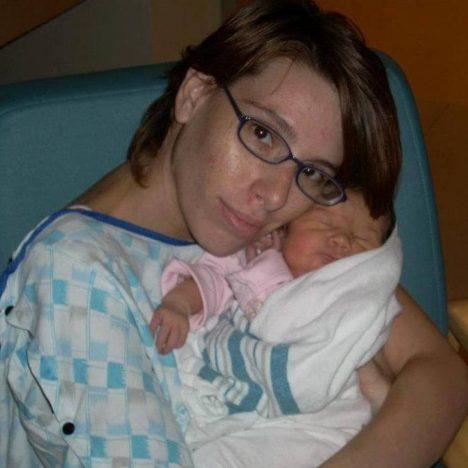 Kessica Lynn Howellová drží po porodu dcerku Ashlynn.