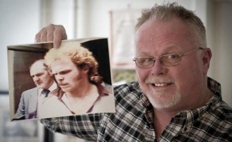 Kirk Bloodsworth s fotografií z jeho zatčení.