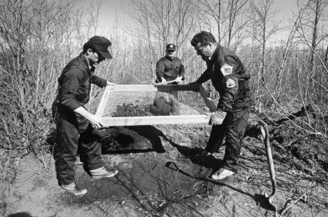 Vyšetřovatelé hledají těla podél řeky Knik na Aljašce v dubnu 1984.