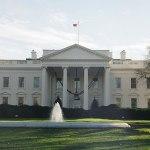 4 x sídla panovníků a prezidentů: Kolik litrů barvy se spotřebuje na fasádu Bílého domu?