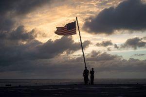 Uprchlé trestance z Austrálie zachrání americká vlajka