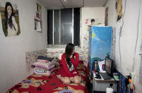 V podzemních bytech žijí statisíce lidí, velká část vidí povrch jen při cestě do práce.