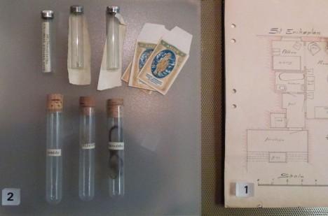 Dispozice bytu a vzorky důkazy pořízené z místa činu uložené ve Stokholmském muzeu.