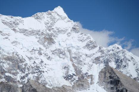 Až vroce1983 umožnili vládcové Bhútánu přístup do země velehorským expedicím, ale prakticky jen na dvě desetiletí. Vrcholek Gangkhar Puensum, který podle tradic obývají bohové, tak zůstal nedotčen, ikdyž se jej pokusily dosáhnout hned čtyři expedice. Bhútánská svatá hora je zároveň nejvyšší nezdolanou horou světa.