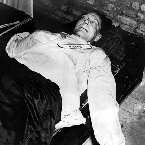 Hermann Göring spáchal den před popravou sebevraždu. Spolkl kapsli s kyanidem draselným.
