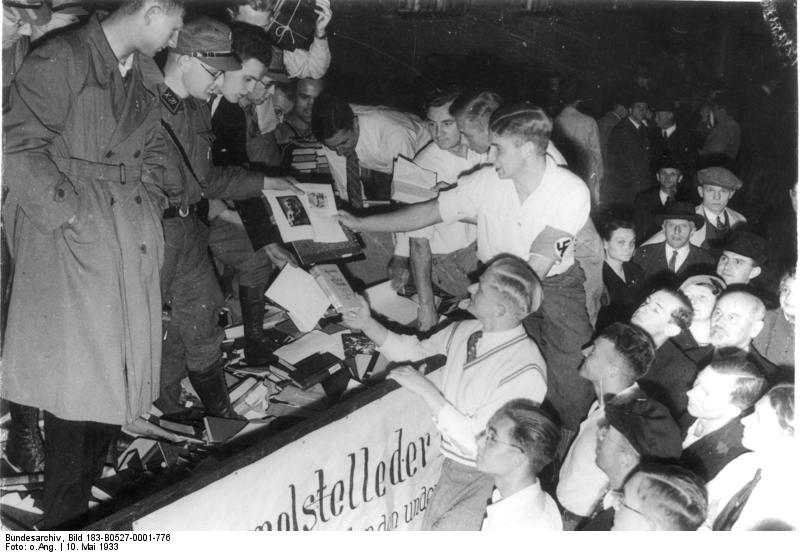 ADN-ZB/Archiv Bücherverbrennung durch die Hitlerfaschisten am 10.5.1933 in Hochschulstädten Deutschlands. Organisierte Vernichtung von Werken der Klassiker des Marxismus-Leninismus, der Führer der deutschen Arbeiterbewegung und Werke der deutschen National- und der Weltliteratur. Die beschlagnahmtem Bücher werden auf einem Wagen gesammelt und zur Verbrennung auf den Opernplatz in Berlin gefahren.