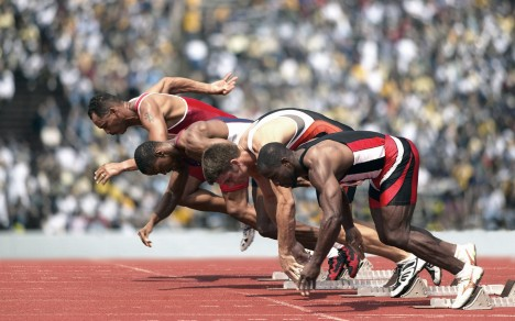 Nejrychlejší lidští sprinteři zvládnou pokořit 100 metrů rychlostí 39 km/h. Šimpanz dokáže přitom vyvinout rychlost až 45 km/h.
