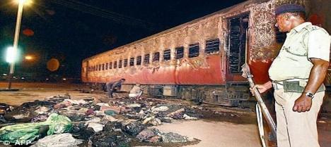 Vlak a ohořelá těla obětí.