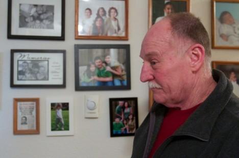 Ted Szal a v pozadí fotografie jeho druhé rodiny.