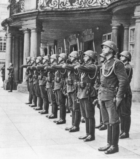 Prezident Hácha si mohl podržet pouze malou slavnostní stráž Date March 1939
