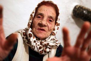 Léčitelka Hava Čelebić: Nechte babku olíznout vám oči!