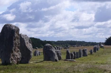 Rozestavění kamenů je podobné tomu ve francouzském Carnacu.