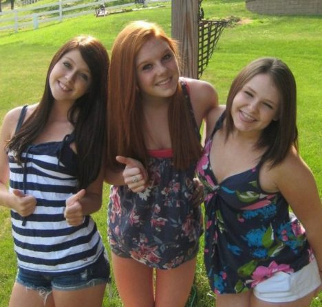 Skyler Neesenová, na pravé straně, Sheila Eddyová, na levé straně, a Rachel Shoafová, ve středu.