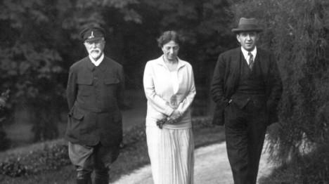 V rodině nachází Alice oporu. Na snímku se prochází se svým otcem a bratrem Janem.