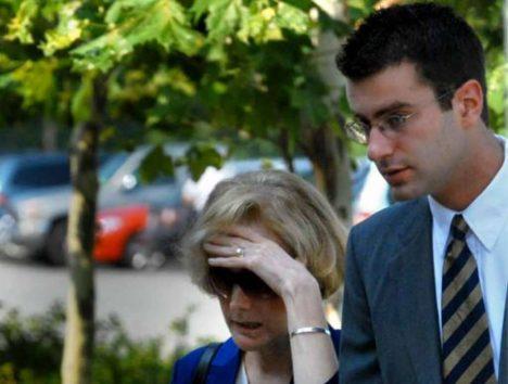 Christopher Porco se svou znetvořenou matkou.