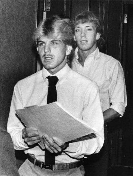 Jay Neill se svým komplicem Robertem Gradym Johnsonem míří k soudu.