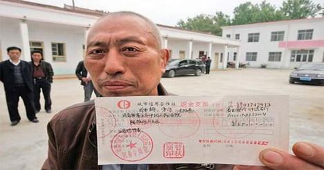 Zhao Zuohai s šekem na 650.000 juanů.