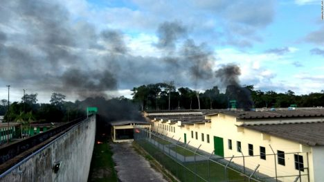 Vězeňský komplex Anisio Jobim u města Manaus na severu Brazílie má se svými 2230 trestanci více než čtyřnásobně překročenou kapacitu.