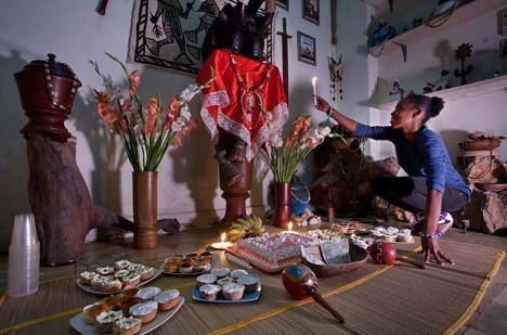Při rituálech nemůže chybět jídlo i mnoho magických propriet.