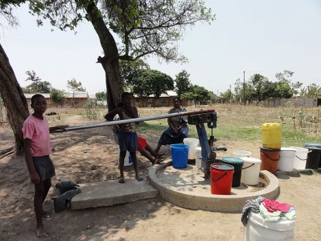 800px-Women_and_children_at_a_borehole
