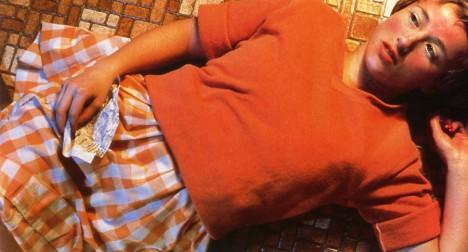 2. místo: Untitled 96 - A opět tu máme američanku Cindy Sherman. Oranžově laděný snímek dívky ležící na podlaze z roku 1981 si v aukci jeden sběratel pořídil za 3 890 500 dolarů, tedy astronomických 97 milionů korun.