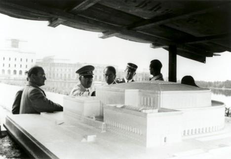 Adolf Hitler (druhý zleva) diskutuje nad představou, jak má vypadat kongresové centrum v bavorském Norimberku.