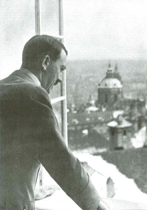 Adolf Hitler se dívá z okna Pražského hradu. Nelíbí se mu například petřínská rozhledna, kterou chce zbourat.