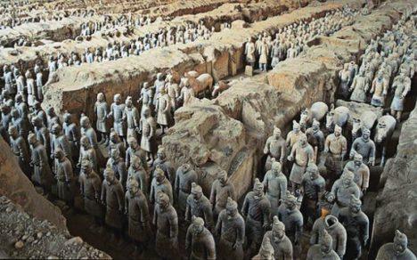 Archeologové dosud odkryli na 8000 hliněných bojovníků.