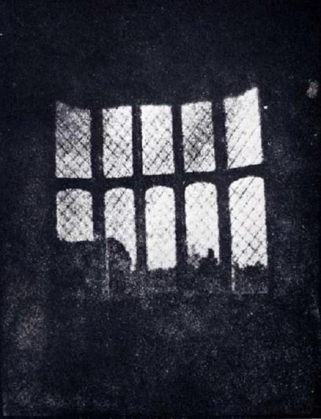 Arkýřové okno z opatství v Lacocku je nejstarším negativem na světě. Vynálezce Talbot ho pořídil v srpnu 1835.
