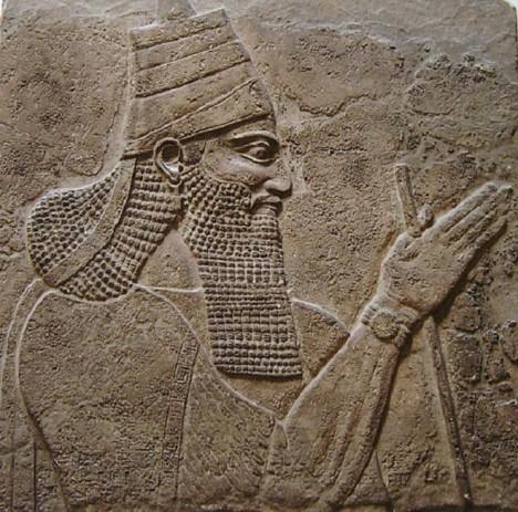 Asyrský král Tiglatpileser III. získává jako válečnou kořist různé druhy koření.