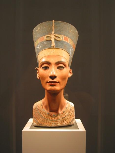 Během panování královny Nefertiti se popíjení alkoholu hodně rozmáhá.