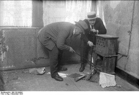 Zu dem großen Prozess den siebenundzwanzigfachen Mörder Haarmann in Hannover, wozu hundertundneunzig Zeugen geladen sind. Der Gas-Ofen in der Wohnung Haarmanns, in welcher er teilweise Leichenstücke verbrannte.