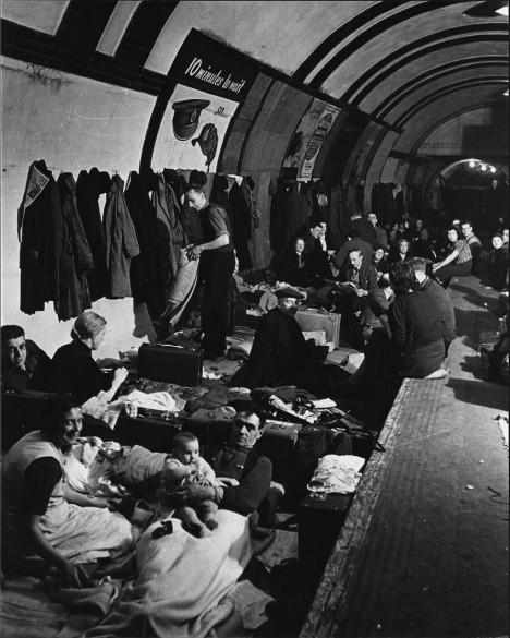 Vyděšení Londýňané se v metru schovávají před ničivými bombami. Zvířata do něj ale nesmějí.