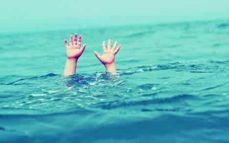 Podle zkušeností záchranářů na mořských plážích mají až 80 % jejich zásahů na svědomí takzvané trhlinové proudy. Ty vznikají podél pobřeží a směřují od břehu dál na volné moře. Mají dostatečnou sílu, aby plavce odnesly daleko od břehu. Záchranáři upozorňují, že nejhorší je snažit se doplavat přímo na břeh. Proud vás vysílí, aniž by se ke břehu výrazně přiblížili. Řešením je plavat podélně s pobřežím, dokud se nedostane mimo proud a pak obloukem směrovat ke břehu.