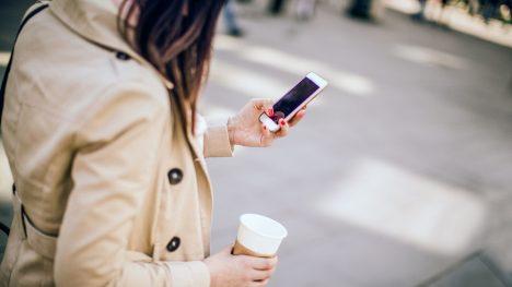 """Náš mozek není schopen plnohodnotně zvládat více náročných úkolů najednou. Místo toho se rychle přepíná zjednoho na druhý. Vnímání rozhovoru asoučasná navigace okolním prostředím vás tak značným způsobem """"oslepí"""" anevnímáte tolik dění okolo vás. Lidé mluvící do telefonu mají podle vědeckých studií výrazně menší šanci všimnout si nebezpečné situace, například přijíždějícího auta. A to nejen vpřípadě okolních zvuků, které jsou přehlušeny hovorem, ale také vpřípadě vizuálních vjemů."""