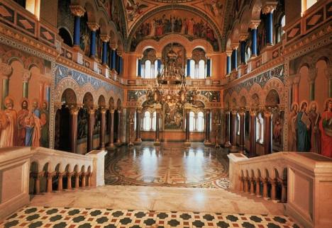 Bohatě zdobené jsou i zámecké interiéry.